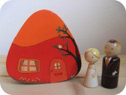Bruidspaar bij hun rode huisje