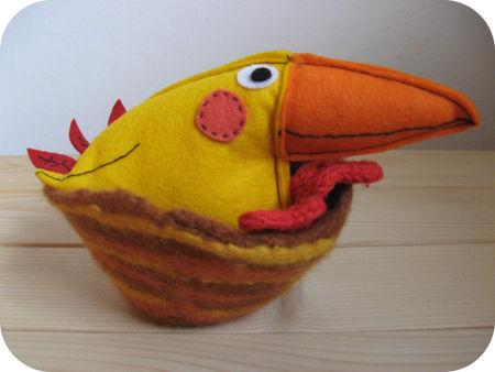 Gele vogel in nestje